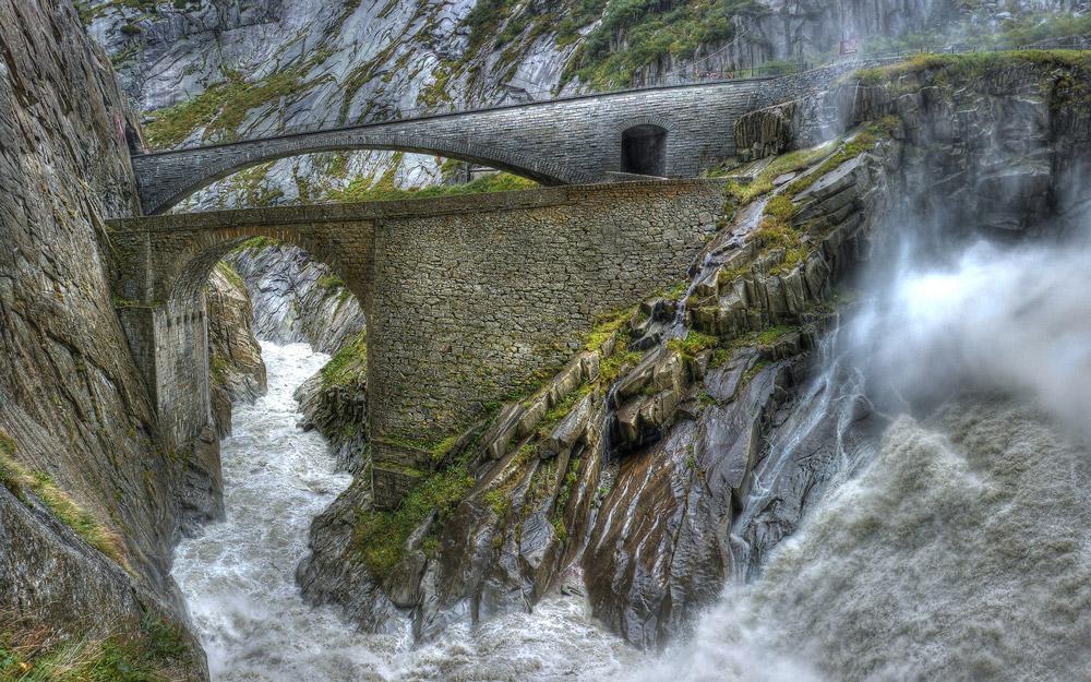 پل اهریمن در دره زیبای Reuss سوئیس