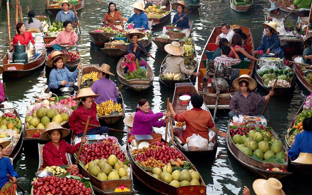 رفتن به یک بازار شناور در تور تایلند