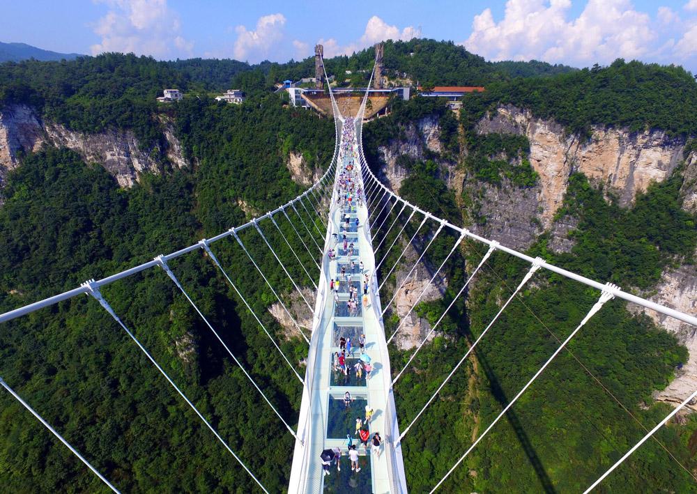 پل شیشهای ژانگجیاجی چین: طولانیترین و مرتفعترین پل شیشهای جهان